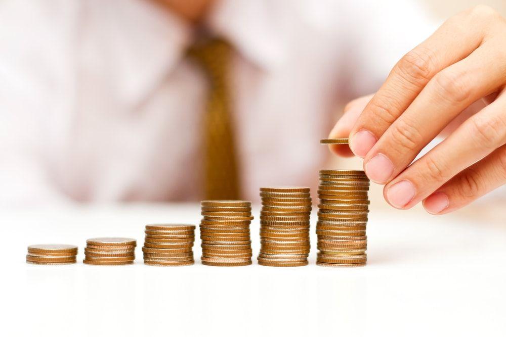 monedas apiladas metafora de financiación