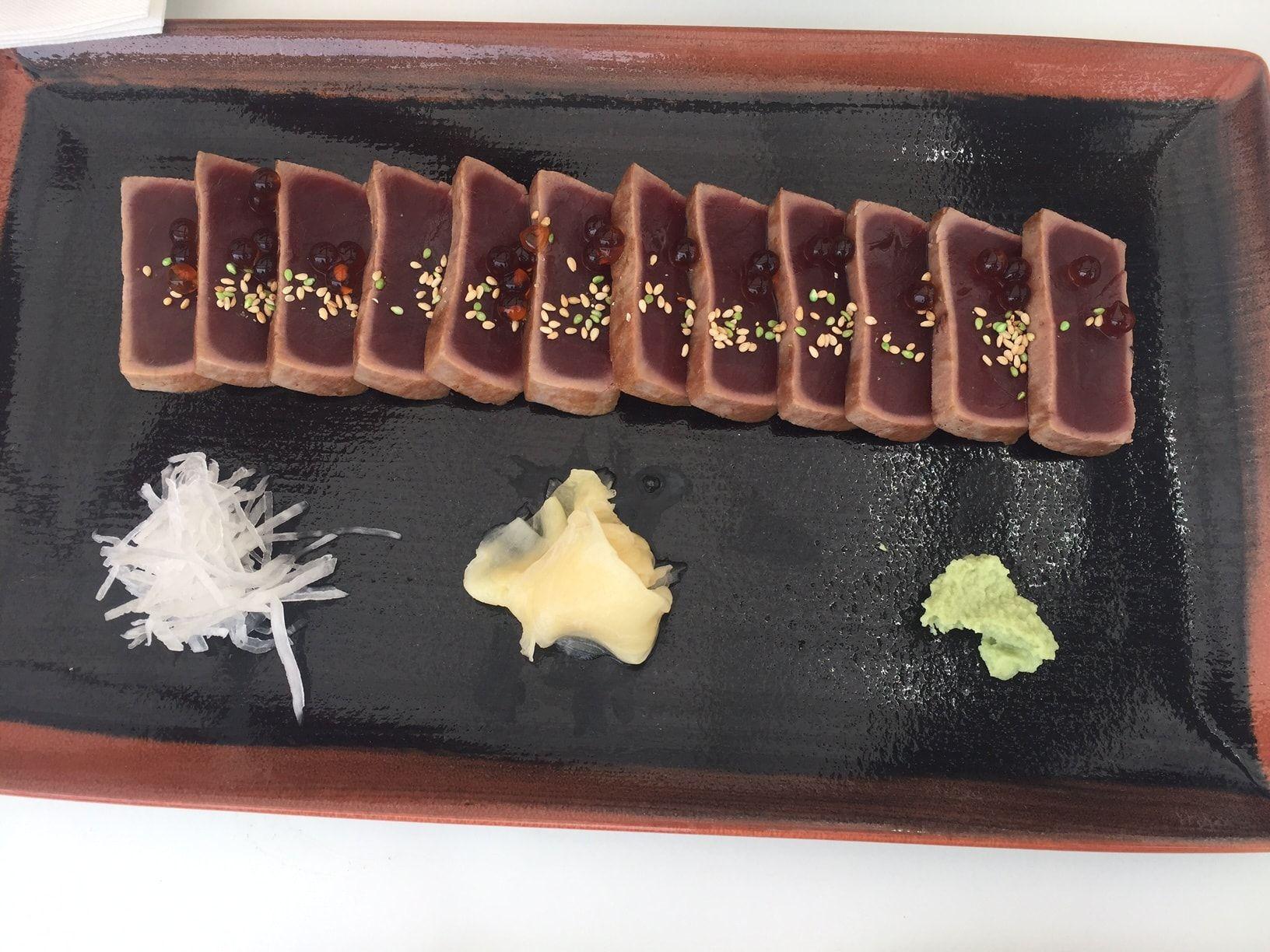 foto de plato de atún rojo salvaje en tataki