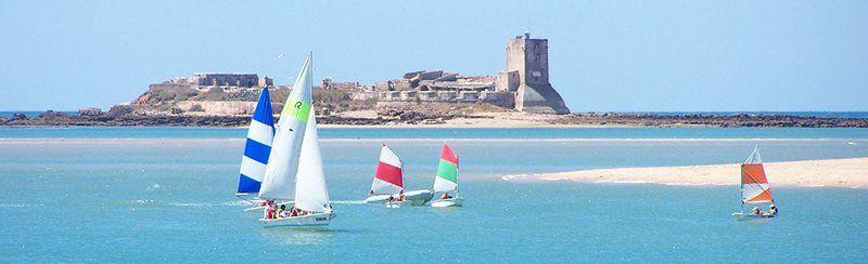fotografía de gente navegando a vela en el castillo de sancti petri chiclana