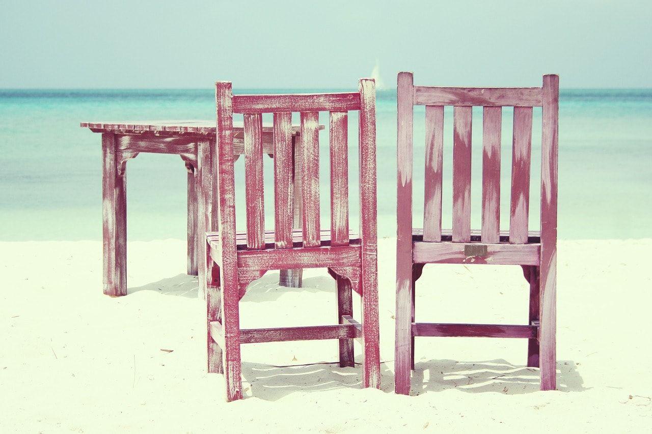 sillas y mesa en la orilla de la playa