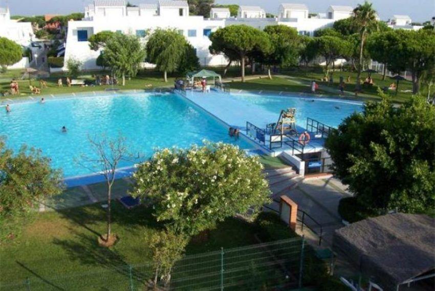 residencial con zonas comunes ajardinadas y piscina