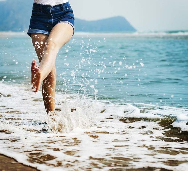 chica en la orilla de la playa