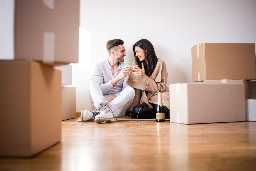 Pareja Celebrando la venta de su casa