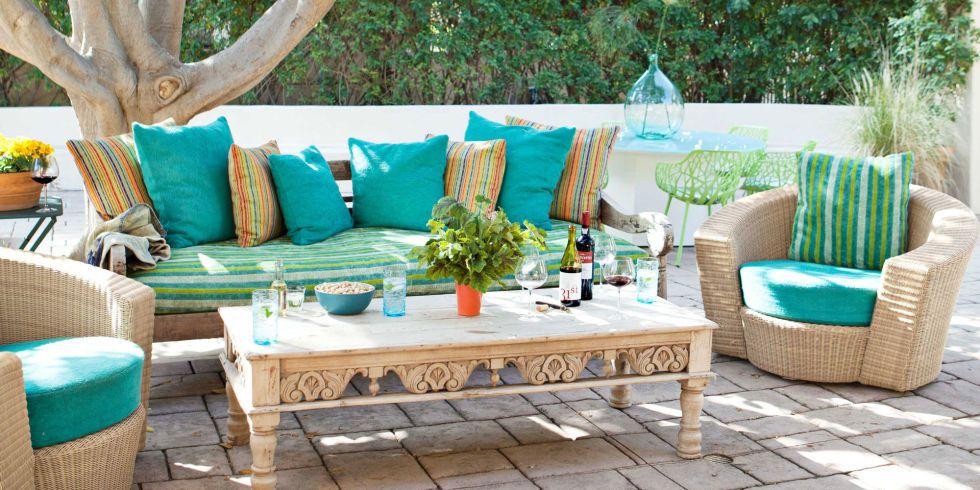 Terraza decorada con sillón y mesa