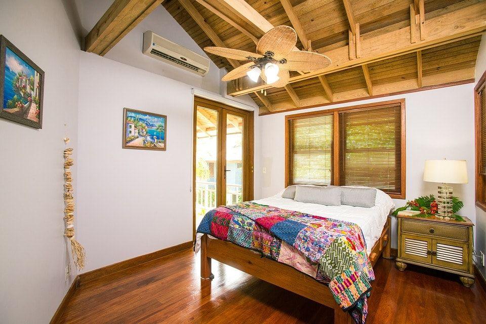 Dormitorio principal de mimbre estilo playero