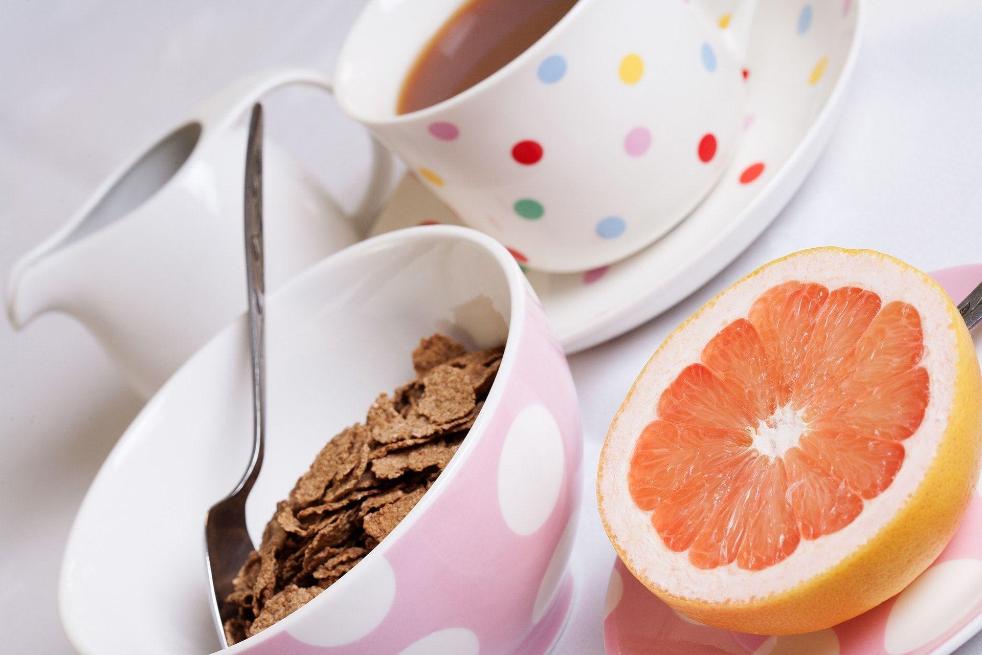 Desayuno con bol y tazas de colores