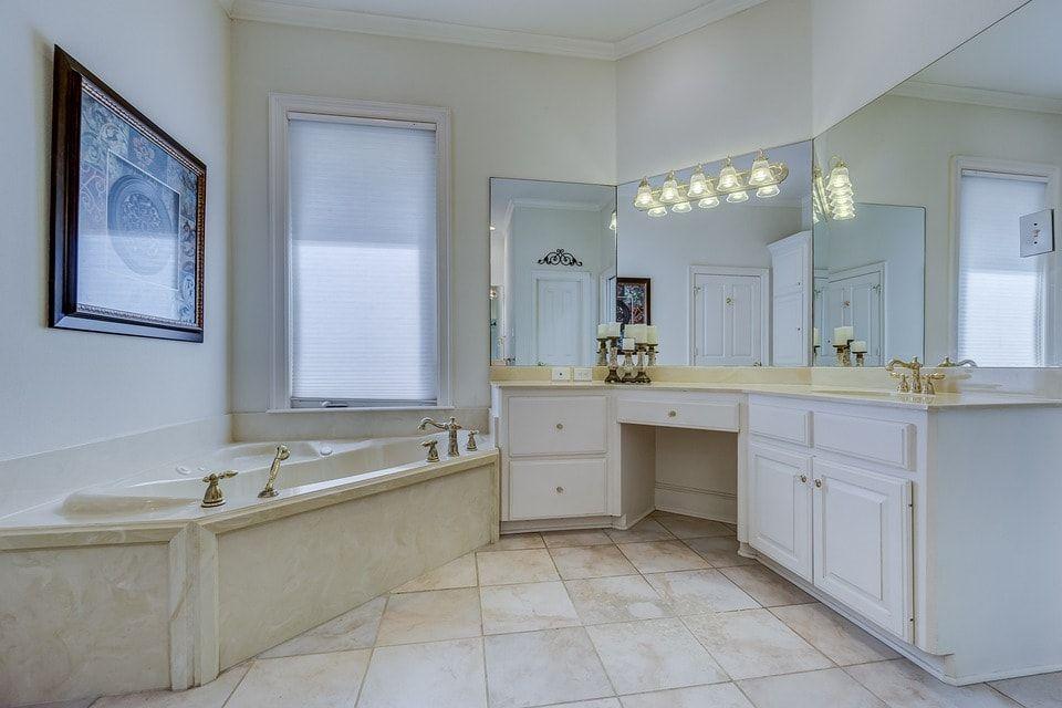 decoracion baño tipo suite en tonos claros