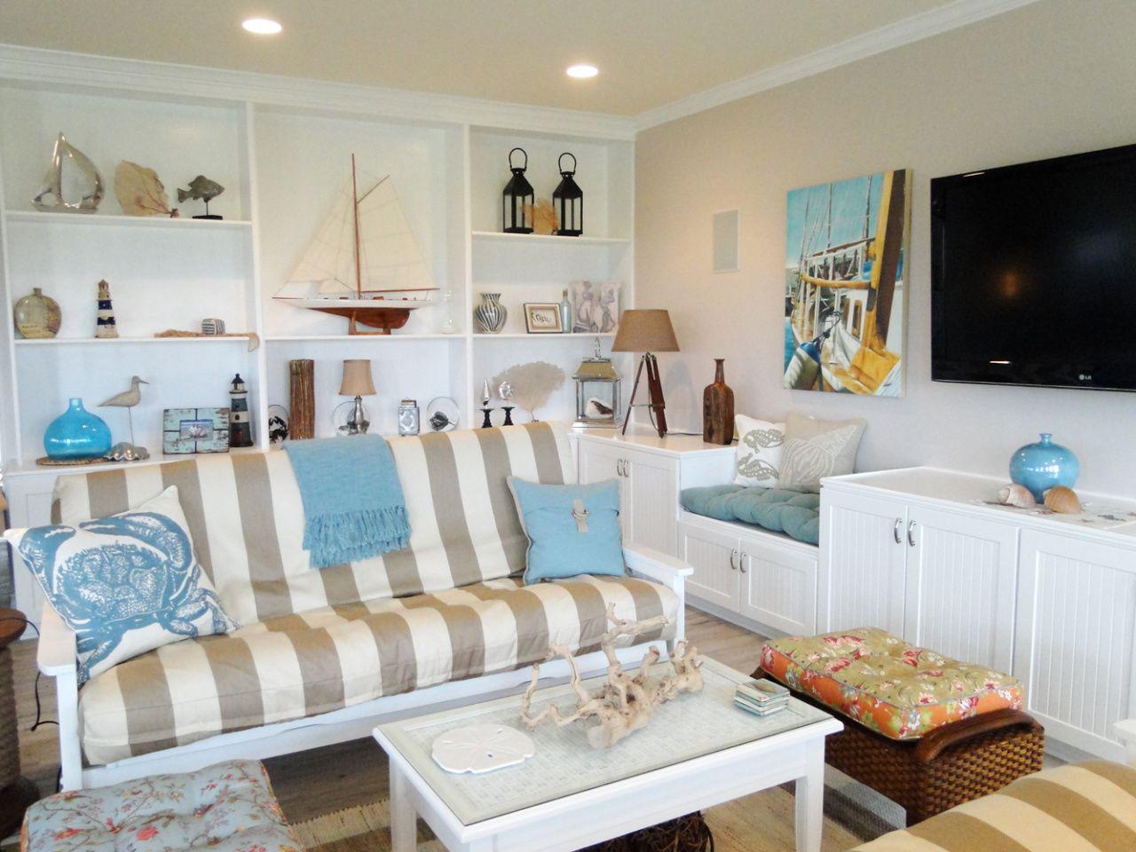 Salón de estilo marinero, con decoración de barco, faro, anclas, en tonos azules.