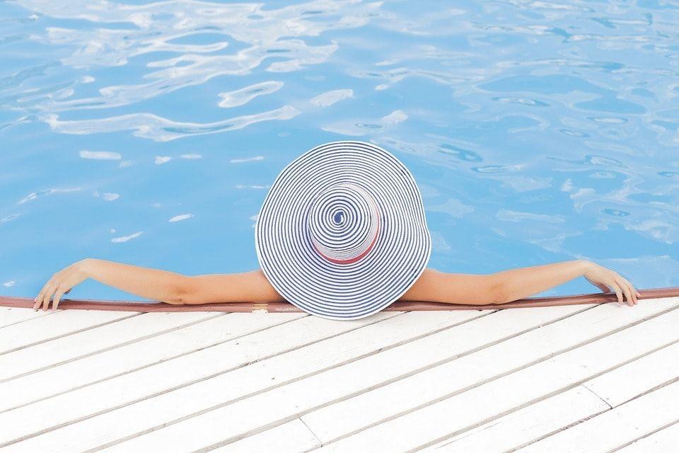 Mujer en la piscina con pamela
