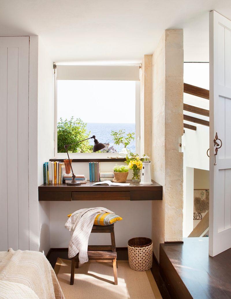 mesa de estudio con vistas al mar