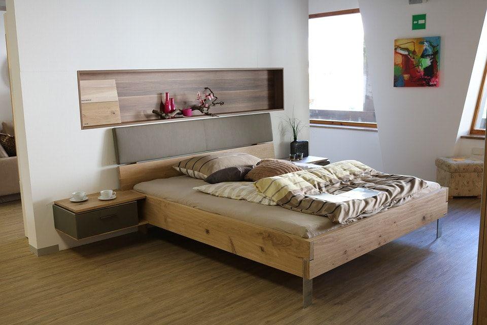Decoración de dormitorio principal en tonos madera