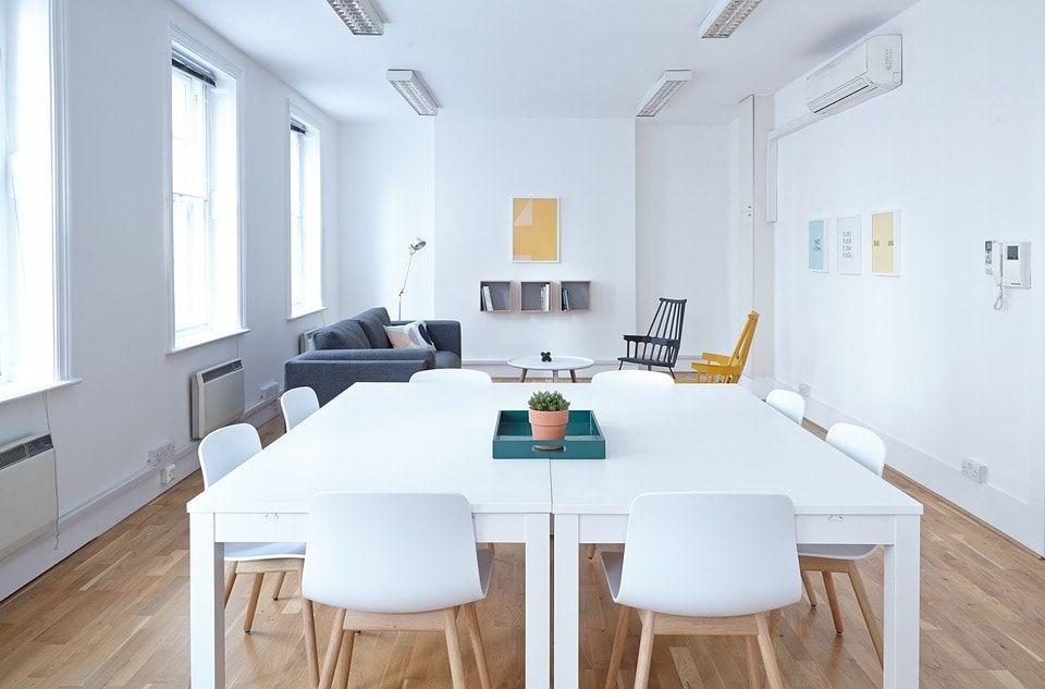 Mesa blanca con sillas tendencia decoracion