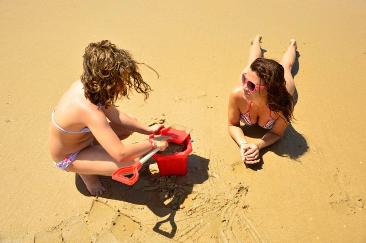 Madre e hija playa de La Barrosa